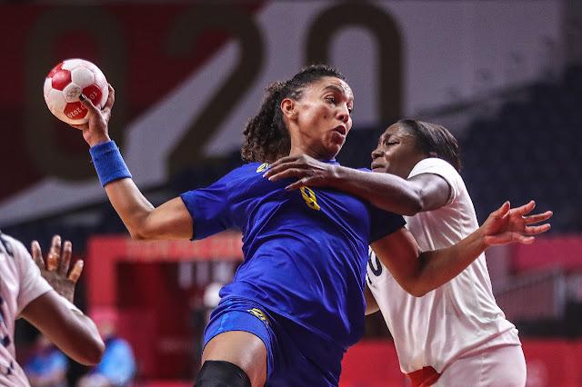 Disputa de bola entre Brasil e França no handebol feminino
