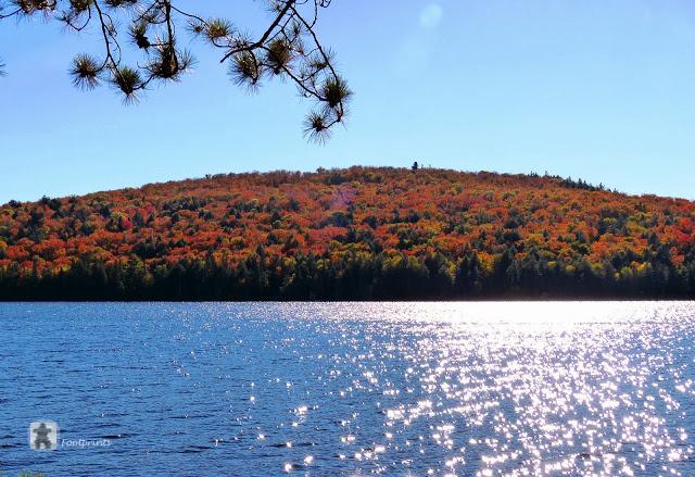 Was fuer ein phantastischer Blick ueber das glitzerde Wasser auf den Rock Lake,