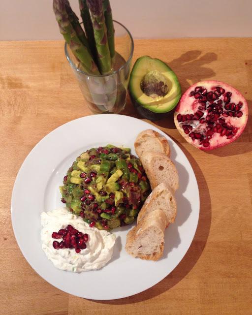 Spargelsalat mit Granatapfelkernen und Avocado