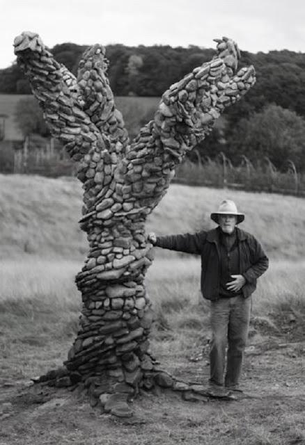 """هذه الصورة لمنحوتة صخرية تدعى شجرة """"ليدبيري"""" صممها الفنان """"ميشال إكيرمان"""""""