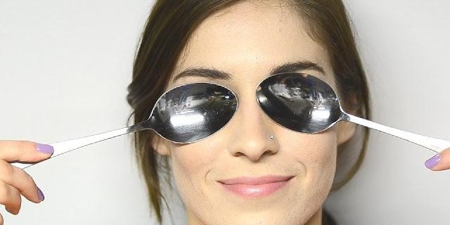 cara alami menghilangkan kantung mata yang kendur dengan sendok