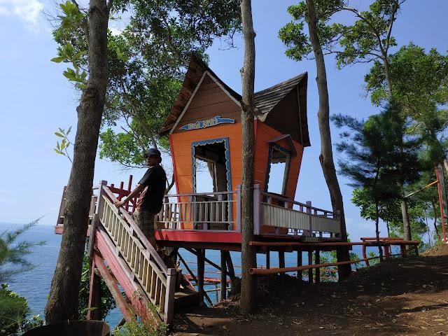 rumah unik untuk spot foto di pantai lampon kebumen