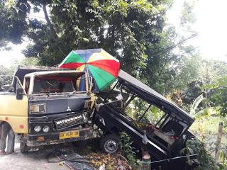 Dagangan Hancur! Dump Truk Seruduk Mobil Penjual Buah di Narmada