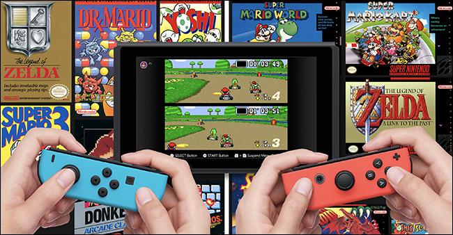 """مجموعتان من الأيدي تحملان مفاتيح Nintendo التي تلعب """"Mario Kart"""" مع ألعاب Nintendo NES الأخرى خلف الشاشة."""