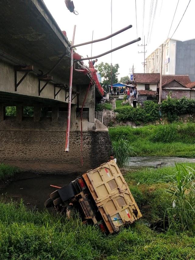 Diduga Supir Mengantuk, Truk Tabrak Pembatas dan Masuk Sungai Kali Asem