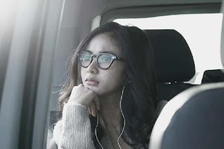 Adinda Azani Pakai Kacamata