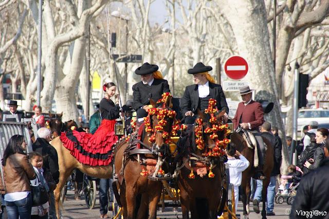 Le sfilate in costume di mandriani e arlesiane nel centro di Arles