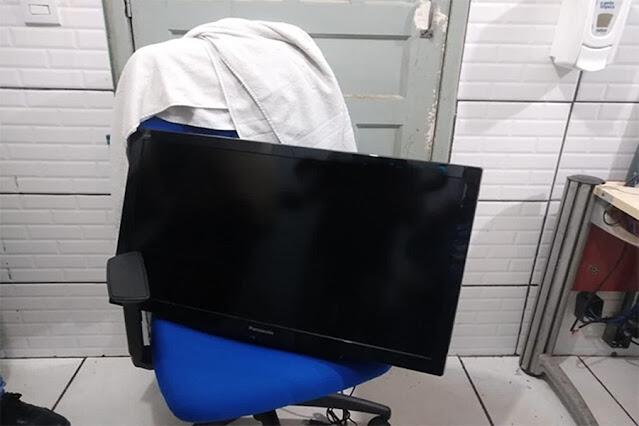 Adolescente é detido após tentar furtar televisão de motel