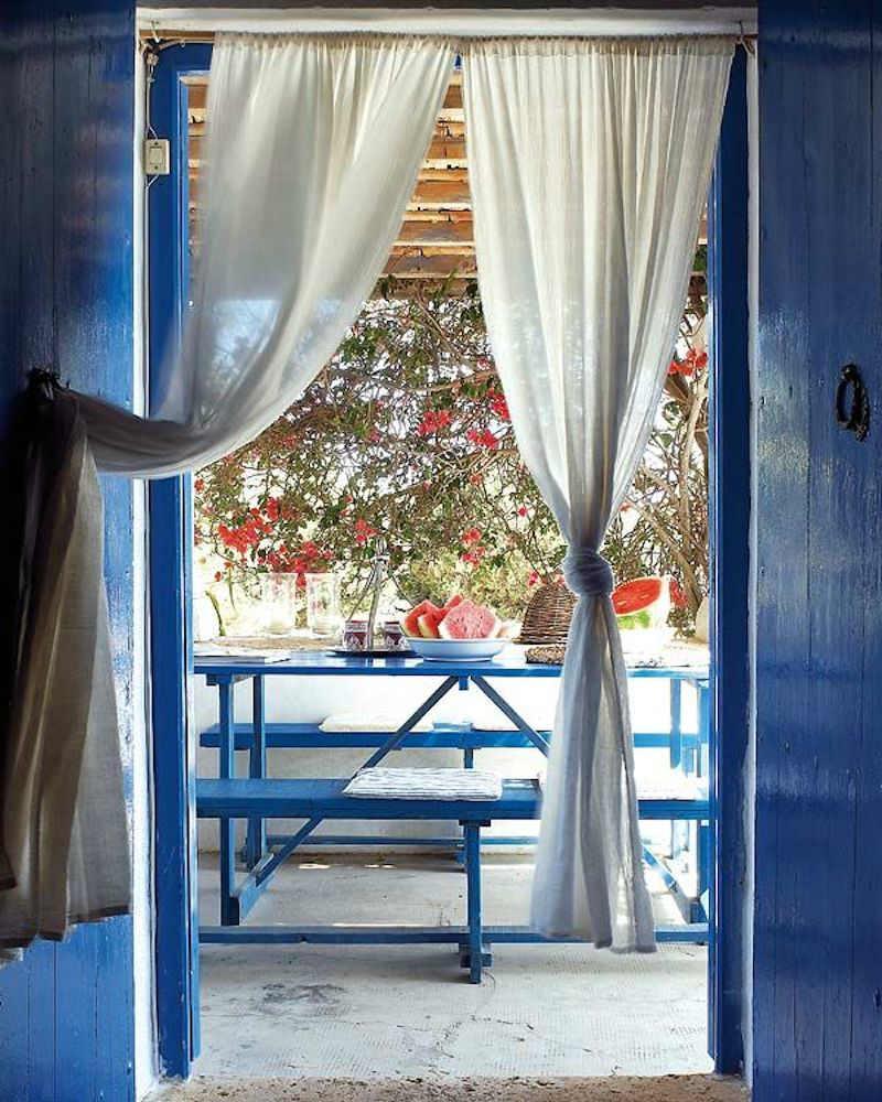 Ventanas de casa de campo pintadas de azul