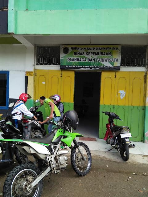 Kantor Disporapar Kabupaten Labura. Di kompleks inilah bendahara memarkirkan sepedamotornya dan kedua pelaku berhasil bembawa kabur uang tersebut dari bagasi yang terlebih dulu dirusak.