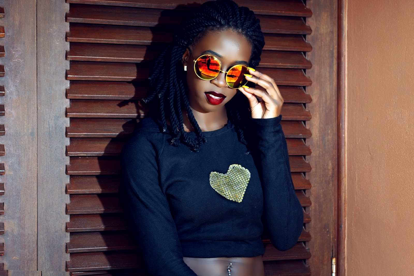 hooded crop to, crop hoodie, all black outfit, all black casual outfit, sexy black girls, style with Ezil, Ezil, African fashion blogger. Kenyan fashion blogger, best Kenyan fashion blogger, top Kenyan fashion blogger, what to wear, what to wear Kenya, wedge sneakers, gold and black outfit, gold and black wedge sneakers,
