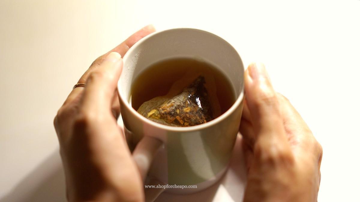 teh tradisi saat diseduh mengeluarkan warna coklat lembut