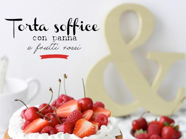 Torta soffice con panna e frutti rossi