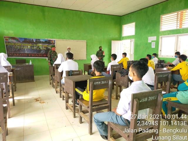 Babinsa Koramil 01/Pancung Soal Gelar Sosialisasi Penerimaan Prajurit TNI AD di SMAN 1 Silaut