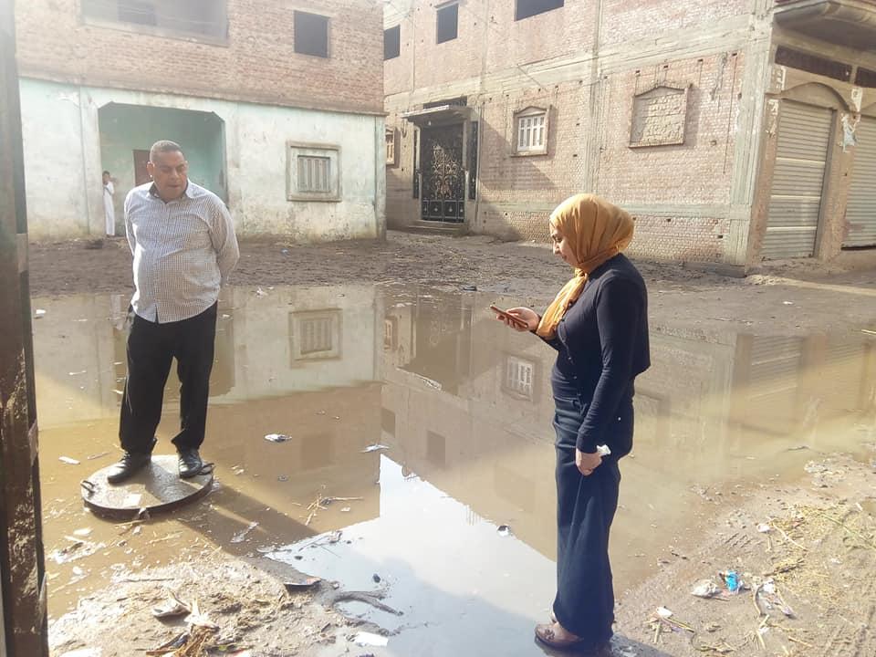 """بالصور..""""عبير الريس"""" تقود حملة تسليك صفايات الأمطار بقرية السالمية في فوه 1"""