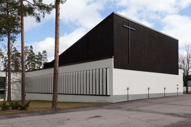 Nastolan seurakuntatalon ulkoseinä, jossa risti.