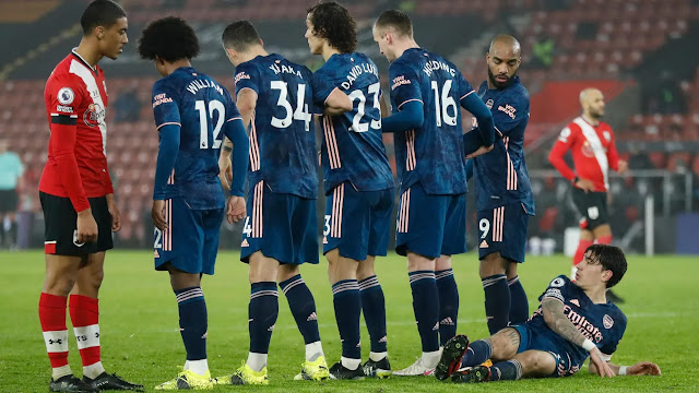 Arsenal players form wall against Southampton