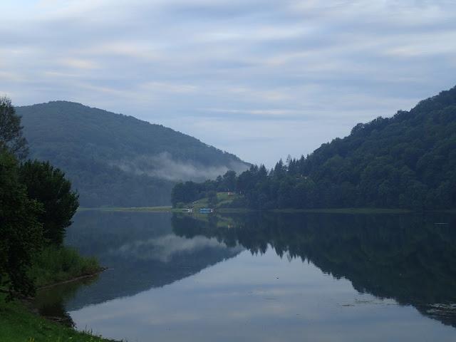 Jezioro Myczkowskie (lipiec 2017), dużo mniejsze i bardziej tajemnicze, niż Solińskie