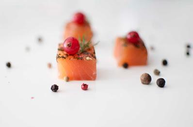 Receta de salmón fresco noruego marinado como entrante delicioso y facil