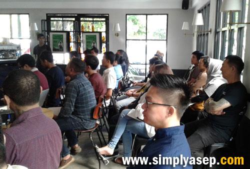 PECINTA KOPI   : Para peserta yang didominasi anak muda pecinta kopi di Pontianak sangat antusias mendengarkan sesi pelatihan meracik kopi oleh Hidenori Izaki dari Jepang . Foto Asep Haryono