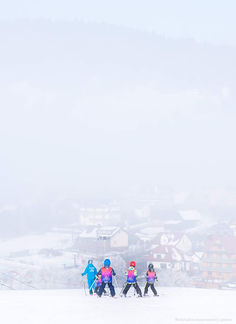 dzieci w szkółce narciarskiej