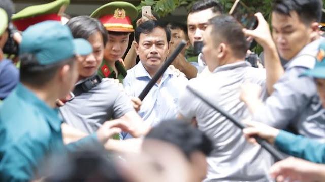 Ông Linh khá khó khăn đi qua vòng vây của nhiều người