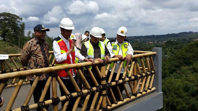 Jokowi Ungkapkan Kekesalannya Saat Berkunjung ke Proyek Tol Bocimi, Kenapa?
