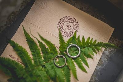 Invitación de boda con hoja de helecho y anillos