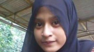 Penemuan jenazah Tri Ari Yani Puspo Arum mahasiswi berusia 22 tahun tergeletak di kamar kosnya akibat 4 luka tikaman senjata tajam di tubuhnya mengejutkan warga Kebon Jeruk Jakarta Barat.