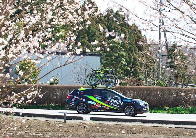 Team UKYOのサポートカー スバル レヴォーグの写真