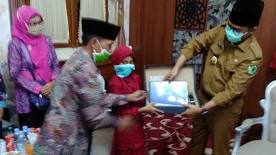 Siswi Peraih Juara III Lomba Nulis Surat Pada Mendikbud, Bupati Badrut Tamam Doakan Alfiatus Sholihah Jadi Mendikbud