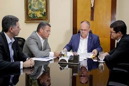 Belivaldo entrega projetos de reforma a empresa Espanhola que passa a administrar Aeroporto de Aracaju