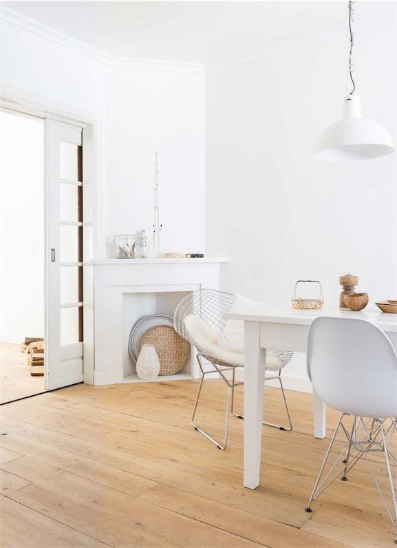 comedor con mesa blanca y silla eames de plastico blancas chicanddeco