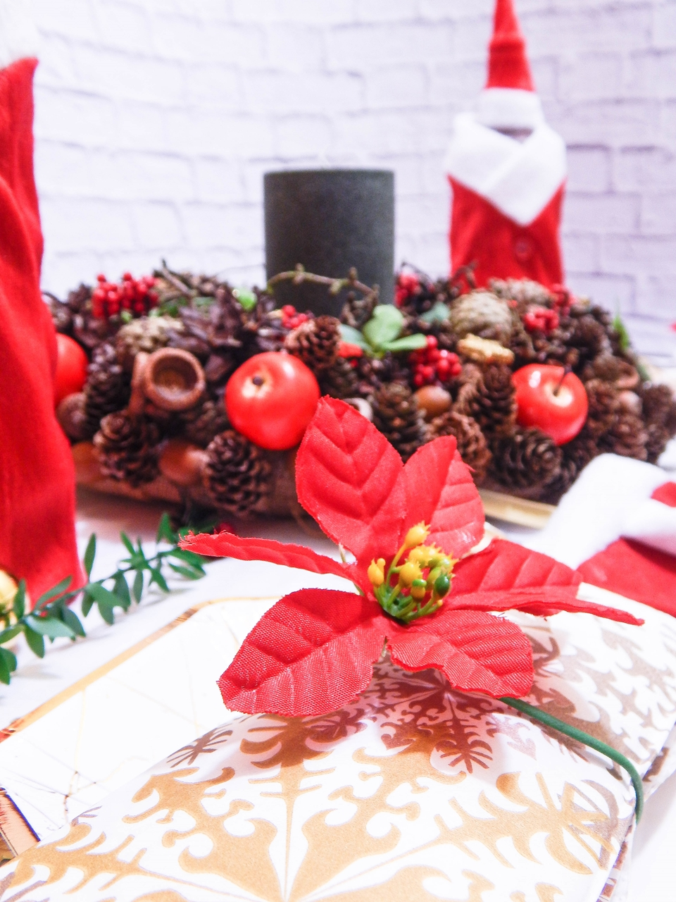 9 dekoracja świątecznego stołu jak udekorować stół na boże narodzenie dekoracja kolacja wigilijna dekoracja stroik na stół wigilijny wianek świeczka mikołajowe ubrania na butelki mikołaje na sztućce