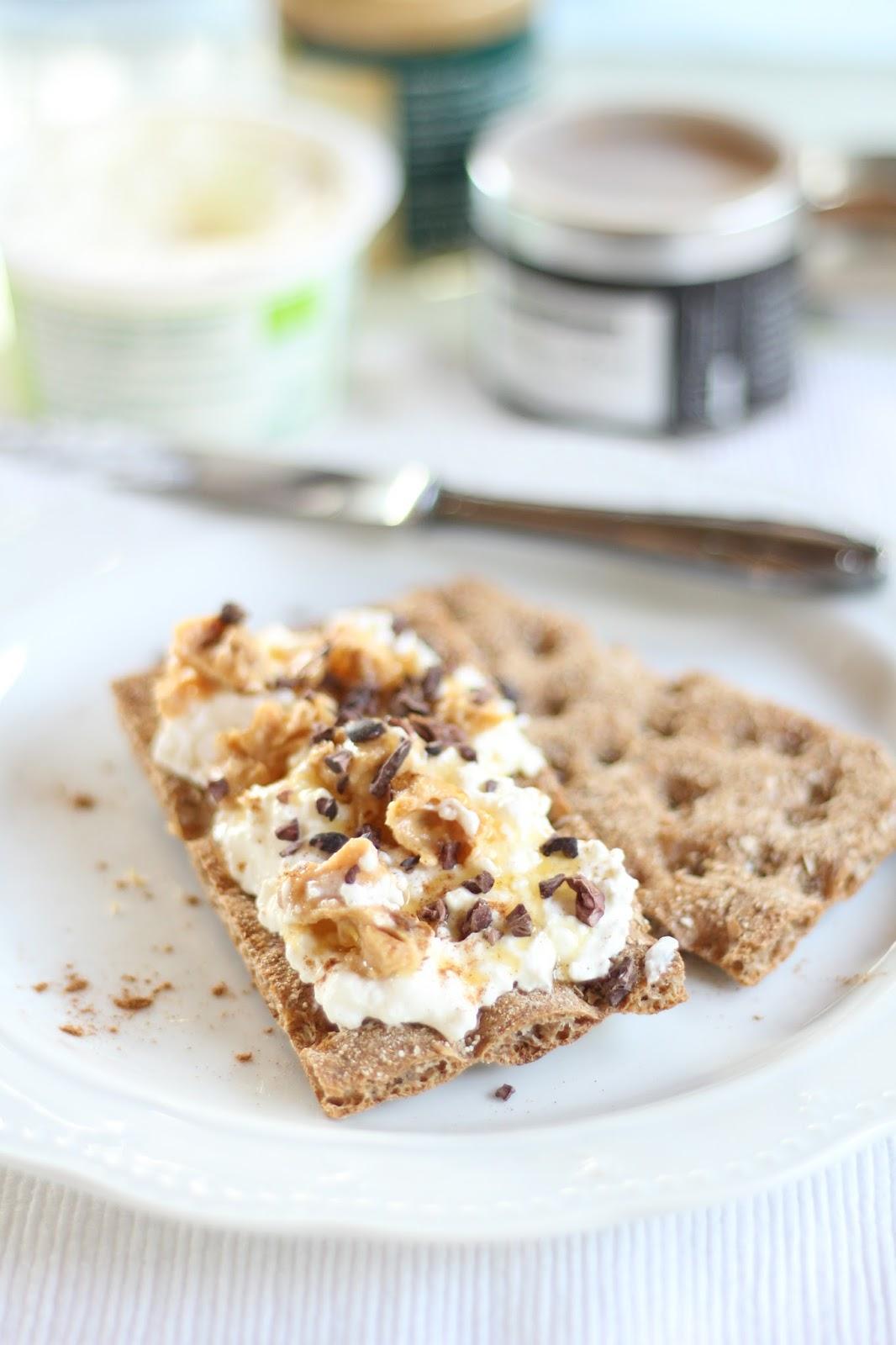 Vollkorn-Knäckebrot mit Hüttenkäse, Erdnussbutter, Cocoa Nibs, Honig und Zimt