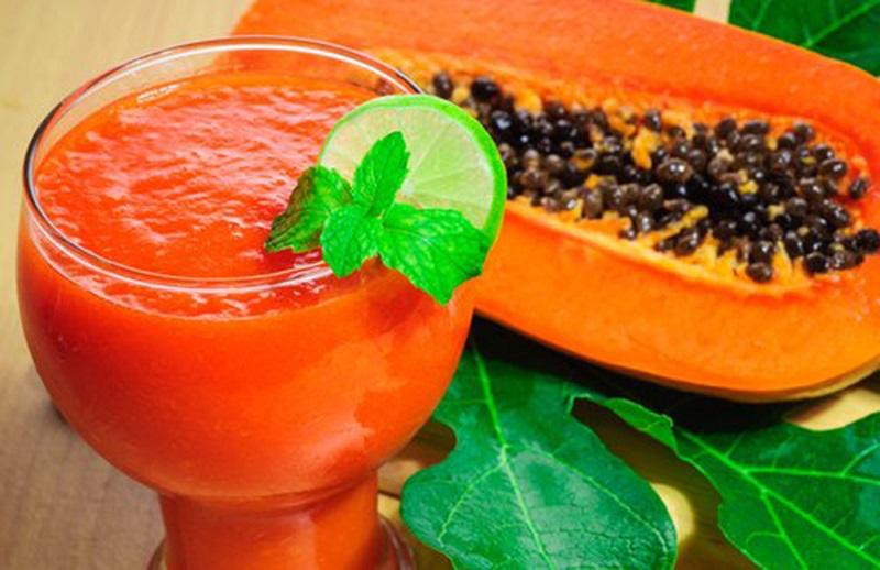 10 razões surpreendentes para comer mamão e o que fazer com as sementes