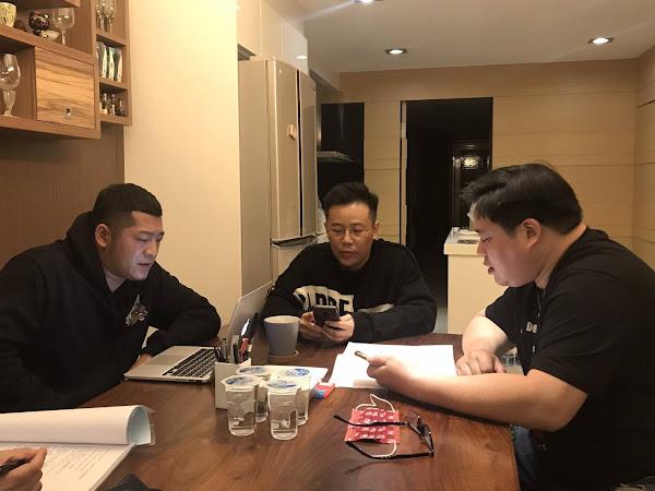 田左至右-草爺、導演姜寜、吳震亞研讀劇本