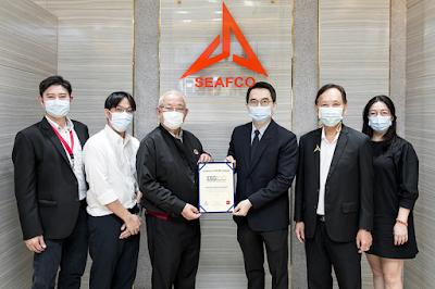 นายณรงค์ ทัศนนิพันธ์ กรรมการผู้จัดการใหญ่ (ที่สามจากซ้าย) และคณะผู้บริหารบริษัท ซีฟโก้ จำกัด (มหาชน) (SEAFCO) รับมอบประกาศนียบัตร ESG100 Company ในฐานะบริษัทที่มีการดำเนินงานโดดเด่นด้านสิ่งแวดล้อม สังคม และ ธรรมาภิบาล (ESG) ในกลุ่มอสังหาริมทรัพย์และก่อสร้าง (Property & Construction) และเป็นบริษัทที่เข้าอยู่ในทำเนียบ ESG100 ติดต่อกันเป็นปีที่สาม จากนายพิพัฒน์ ยอดพฤติการ (ที่สามจากขวา) ประธานสถาบันไทยพัฒน์ ณ สำนักงานใหญ่ บมจ.ซีฟโก้ ถ.พระยาสุเรนทร์
