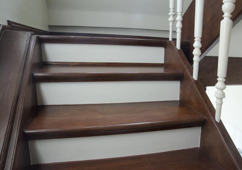 biało brązowe schody w kamienicy