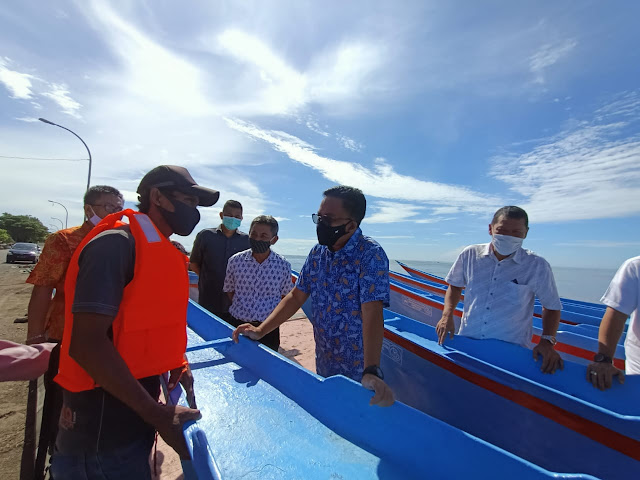 Bupati Bantaeng Serahkan Bantuan Kapal Produksi Nelayan Bantaeng