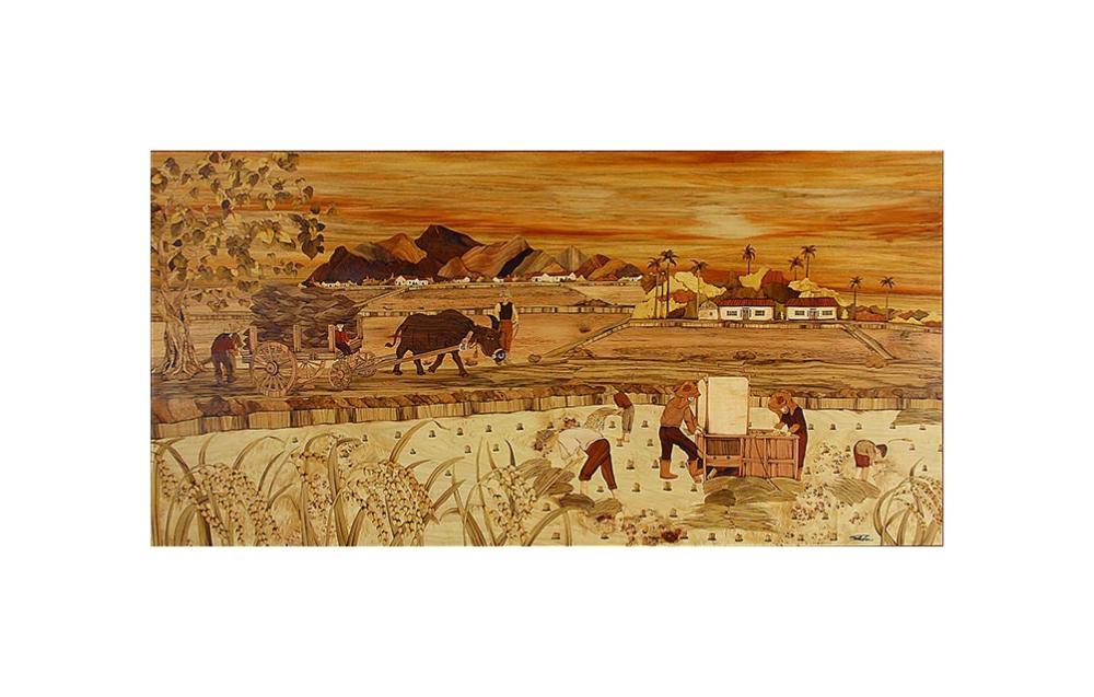 Sandy老師:「描述孩子時代,稻穀豐收之情形,稻米收割後農人將稻草扎成束讓艷陽自然曬乾,以便收藏,再利用於火爐燃料、屋頂建材,亦或菜園保護幼苗…等用途,呈現台灣農民的勤儉美德。另外,稻穗飽滿而下垂,試圖引發人們謙和的生命哲學。」