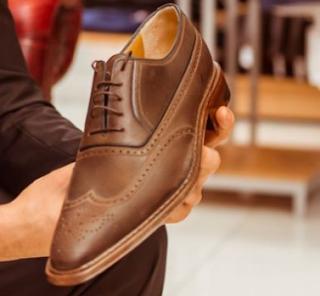 Membeli Sepatu Anak Sekolah Perempuan yang Menawan