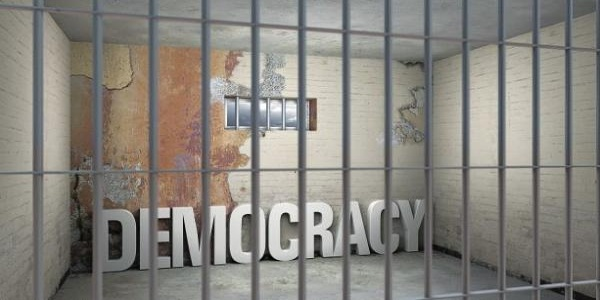 Κινδυνεύει η δημοκρατία από τον Τσίπρα;