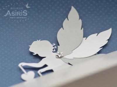 Detaliu plicuri de bani botez cu ingeras decupat din carton alb sidefat si 3 aripi mobile prinse cu capsa printate cu text de multumire pentru botez