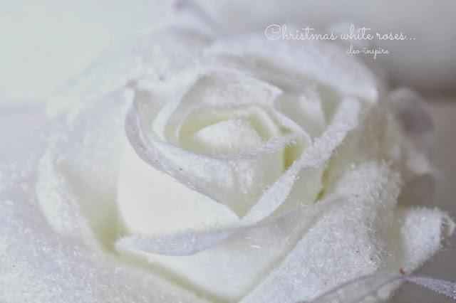 biała róża na choinkę