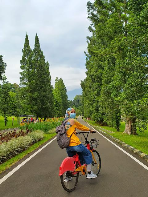 Bersepeda di Kebun Raya Bogor