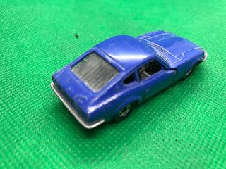 NISSAN FAIRLADY 240ZG のおんぼろミニカーを斜め後ろから撮影
