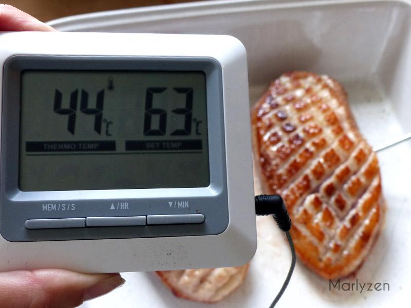 Plantez la sonde du thermomètre au centre d'un magret.