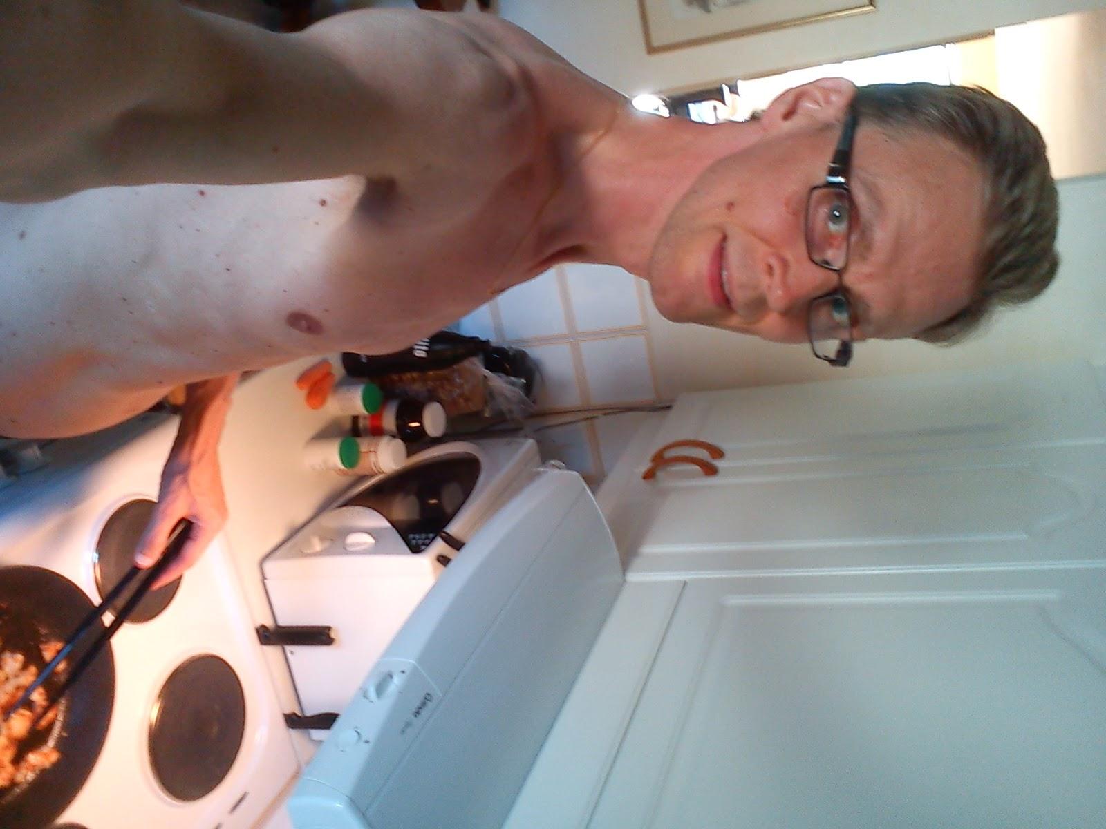 I handerna pa den nakna kocken