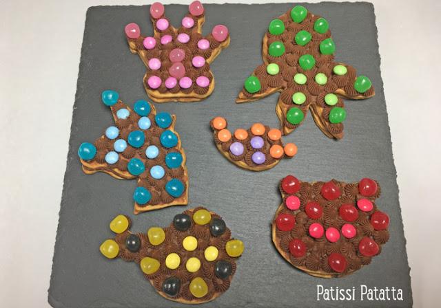 recette de petits gâteaux fourrés, petits gâteaux fourrés au chocolat, petits gâteaux couronne, petits gâteaux pieuvre, petits gâteaux licorne, petits gâteaux chat, petits gâteaux oiseau, emportes-pièces, ganache au chocolat au lait, gouter enfants, gouter anniversaire, biscuits bonbons, petits gâteaux bonbons, formas e cortantes, patissi-patatta